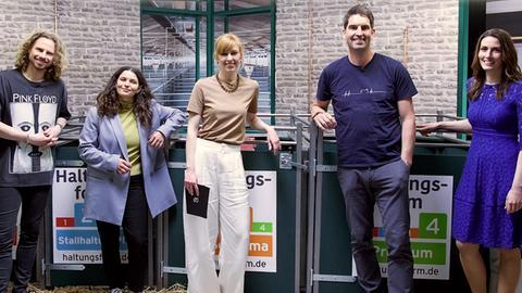 Der Raum mit Eva Schulz:  v.li.: Gordon Prox (Vegan-Influencer ), Samira El Hattab (Journalistin), Eva Schulz, Dirk Nienhaus (Landwirt und Agrarblogger), Nicole Bauer (FDP-Politikerin)