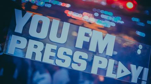YOU FM Press Play! Schild