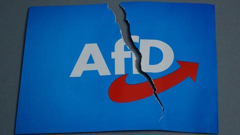 AfD-Logo auf einer zerissenen Karte