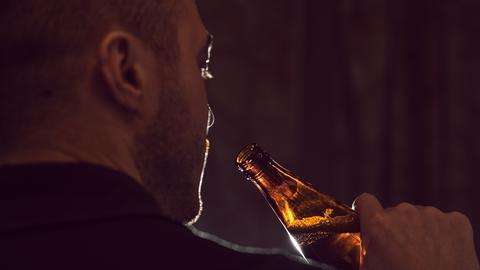 Alkohol Mann trinkt Bier