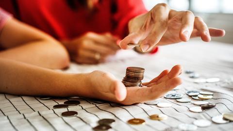 Ein Paar berät über seine Finanzen