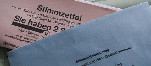 Stimmzettel und Briefumschläge auf einem Tisch