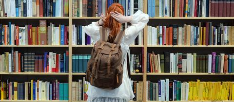 Mädchen vor Bücherregal