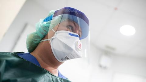 Ärztin trägt Atemschutzmaske