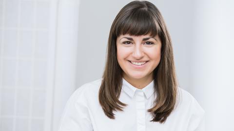 Floria Moghimi berät Unternehmen in den Bereichen Diversität und Inklusion