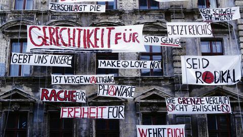 Hauswand mit Protestplakaten