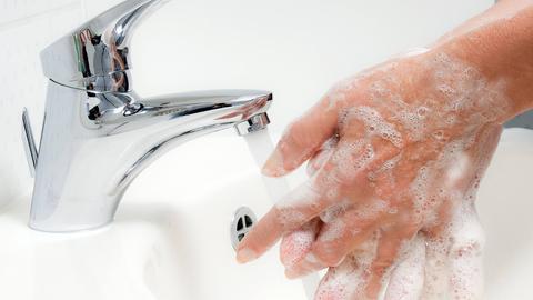 Eine Frau wäscht sich die Hände
