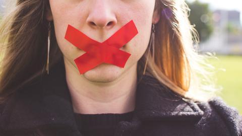 Eine Frau mit abgeklebtem Mund