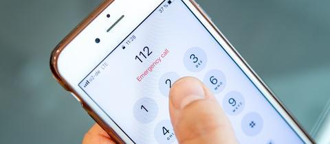 Ein Mann waehlt am 13. August 2019 in Berlin die europaeische Notrufnummer 112 auf einem Smartphone.
