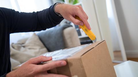 Mann öffnet Paket