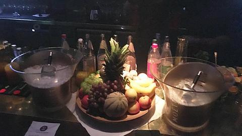 Bar mit Getränken und Früchten
