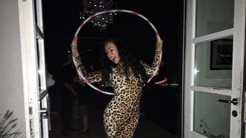 Tänzerin im Leopardenkostüm mit Hula-Hoop-Reif