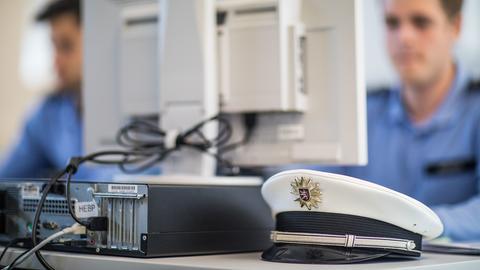 Hessischer Polizist am Computer