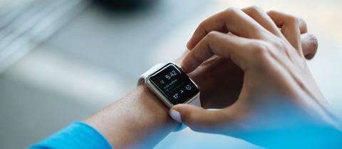 Ein Mann trägt eine Smart-Watch am Handgelenk