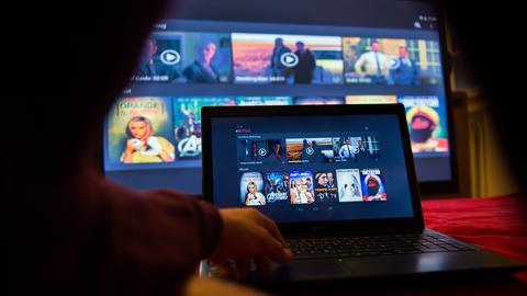 Filmangebot eines Streaming-Dienstes auf einem Laptop und einem Fernseher