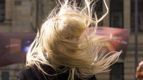 Sturmfrisur zerzauste Haare