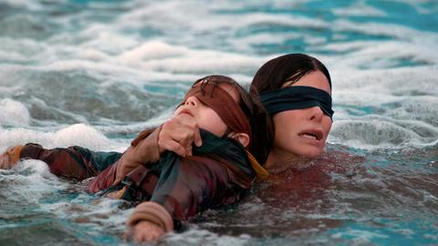 Sandra Bullock mit verbundenen Augen
