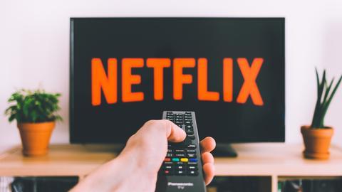Ein Fernseher, auf dem Netflix läuft