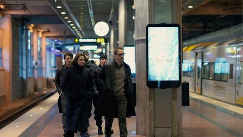 Fredrika Bergman (Liv Mjönes) ermittelt gemeinsam mit ihren Kollegen Peder Rydh (Alexej Manvelov) und Alex Recht (Jonas Karlsson) im Fall eines verschwundenen Mädchens.