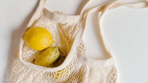 Beutel mit Obst und Gemüse