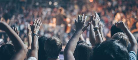 Menschen auf einem Konzert