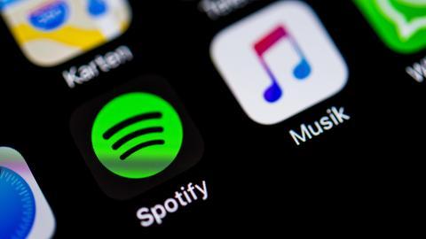 Die Spotify App auf dem Bildschirm eines Smartphones