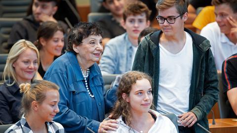 Inge Auerbacher, Holocaust-Überlebende aus New York, steht zwischen Jugendlichen im Landtag. Auerbacher spricht während eines Zeitzeugen-Gesprächs mit etwa 100 Jugendlichen im Landtag.