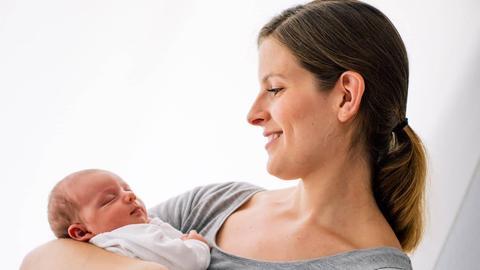 Verena hat ihre Tochter auf dem Arm