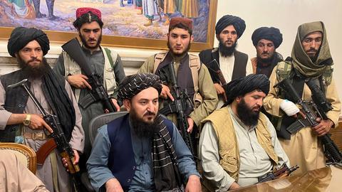 Taliban-Kämpfer im Präsidentenpalast in Kabul