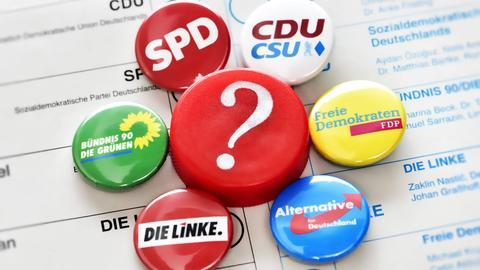 Stimmzettel mit Partei-Buttons